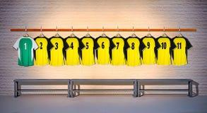 Rij van Gele en Groene Overhemden 1-11 van Voetbaloverhemden Stock Afbeeldingen
