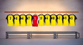 Rij van Gele en Rode Overhemden 3-5 van Voetbaloverhemden Stock Afbeeldingen