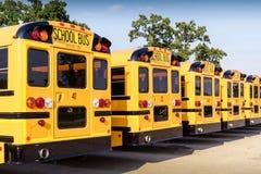 Rij van gele schoolbussen in parkeerterrein achtermening Royalty-vrije Stock Foto