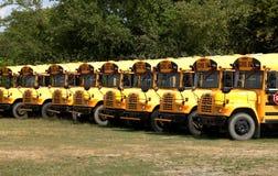 Rij van geparkeerde schoolbussen royalty-vrije stock foto's