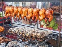 Rij van geroosterde vissen en kippen op de straatmarkt Royalty-vrije Stock Afbeelding