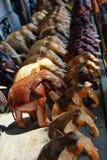 Rij van gesneden houten olifantentribunes op een raad Royalty-vrije Stock Afbeelding