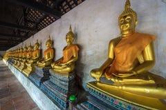 Rij van goldenbuddha in Bangkok, Thailand stock foto's
