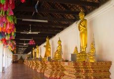 Rij van Gouden Boedha in Wat Pratadhariphunchai Lamphun, Thailand Royalty-vrije Stock Fotografie