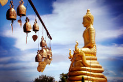 Rij van gouden klokken in boeddhistische tempel Grote Boedha in Thailand Reis naar Azië, Royalty-vrije Stock Foto's
