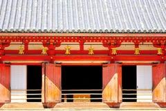 Rij van gouden lantaarns die in Daigo -daigo-ji, Kyoto, Japan hangen Stock Afbeeldingen