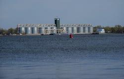 Rij van graanschuuren op een bank van rivier Dnieper royalty-vrije stock foto