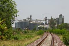 Rij van graanschuuren voor het opslaan van tarwe en andere graankorrels, Landbouwsilo en gehouden productie van landbouw Stock Fotografie