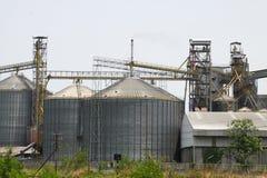Rij van graanschuuren voor het opslaan van tarwe en andere graankorrels, Landbouwsilo en gehouden productie van landbouw Royalty-vrije Stock Afbeeldingen