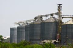 Rij van graanschuuren voor het opslaan van tarwe en andere graankorrels, Landbouwsilo en gehouden productie van landbouw Stock Afbeelding