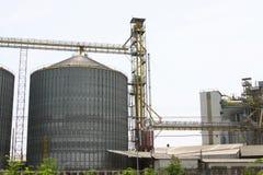 Rij van graanschuuren voor het opslaan van tarwe en andere graankorrels, Landbouwsilo en gehouden productie van landbouw Stock Foto's