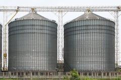 Rij van graanschuuren voor het opslaan van tarwe en andere graankorrels, Landbouwsilo en gehouden productie van landbouw Stock Afbeeldingen