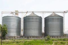 Rij van graanschuuren voor het opslaan van tarwe en andere graankorrels, Landbouwsilo en gehouden productie van landbouw Royalty-vrije Stock Foto's