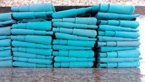 Rij van groene die napery doek op de marmeren lijst wordt geschikt Royalty-vrije Stock Foto