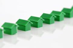 Rij van groene modelhuizen Stock Foto