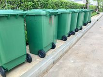 Rij van groene plastic bak stock foto