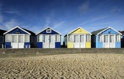 Rij van helder gekleurde strandhutten Stock Fotografie