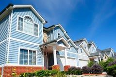 Rij van heldere nieuwe familiehuizen stock foto's