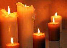 Rij van het branden van kaarsen Stock Afbeeldingen