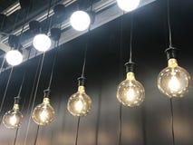 Rij van het hangen van lamp en gloeilamp stock foto