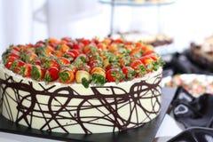 Rij van het individuele dienen van dessertswhit strawb royalty-vrije stock afbeeldingen