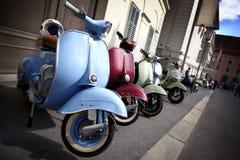 Rij van het Italiaanse bromfietsen parkeren Stock Foto's