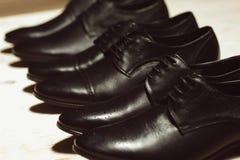 Rij van het leer klassieke schoenen van nieuwe mensen stock afbeelding