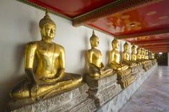 Rij van het standbeeld van Boedha bij het Doen leunen van de Tempel van Boedha (Wat Pho) Stock Fotografie