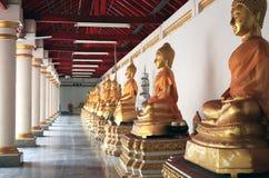 Rij van het standbeeld van Boedha in een Boeddhistische tempel Stock Afbeeldingen