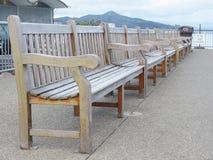 Rij van houten banken van werf Stock Foto