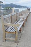 Rij van houten banken van werf Stock Fotografie