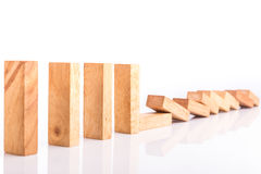 Rij van houten die het spelkinderen van de bloktoren op wit worden geïsoleerd royalty-vrije stock afbeeldingen