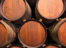 Rij van houten vaten getaande portwine in kelder, Porto, Portugal Stock Foto's