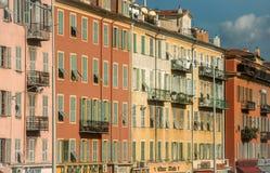 Rij van huizen in Nice Stock Foto's