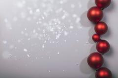 Rij van Kerstmisballen met sneeuwvlokken stock afbeelding