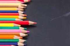 Rij van kleurenpotlood Stock Foto's
