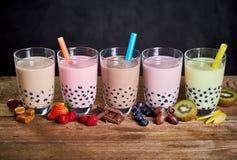 Rij van kleurrijk fruit en suikergoed op smaak gebrachte bobathee royalty-vrije stock foto