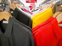 Rij van kleurrijk overhemd in winkelcomplex, verkoopseizoen van kleurrijk overhemd Royalty-vrije Stock Fotografie