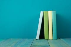 Rij van kleurrijke boeken, grungy blauwe achtergrond, vrije exemplaarruimte Royalty-vrije Stock Afbeelding