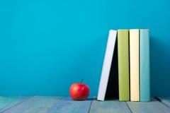 Rij van kleurrijke boeken, grungy blauwe achtergrond, vrije exemplaarruimte Royalty-vrije Stock Afbeeldingen