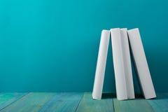 Rij van kleurrijke boeken, grungy blauwe achtergrond, vrije exemplaarruimte V Stock Afbeelding