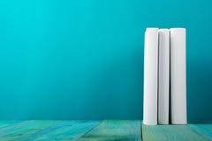 Rij van kleurrijke boeken, grungy blauwe achtergrond, vrije exemplaarruimte V Stock Fotografie