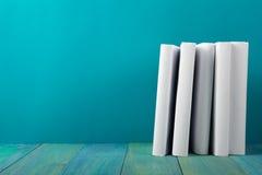 Rij van kleurrijke boeken, grungy blauwe achtergrond, vrije exemplaarruimte V Stock Afbeeldingen