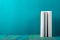 Rij van kleurrijke boeken, grungy blauwe achtergrond, vrije exemplaarruimte V Royalty-vrije Stock Afbeelding
