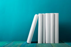 Rij van kleurrijke boeken, grungy blauwe achtergrond, vrije exemplaarruimte V Royalty-vrije Stock Afbeeldingen