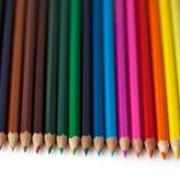 Rij van kleurrijke potloden Stock Fotografie