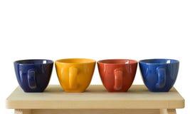 Rij van kleurrijke koppen op houten lijst royalty-vrije stock foto's