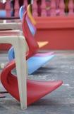 Rij van kleurrijke plastic stoelen Royalty-vrije Stock Foto