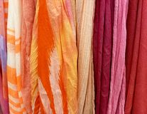 Rij van kleurrijke sjaalinzameling Stock Afbeeldingen