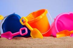 Rij van kleurrijke strandemmers of emmers Royalty-vrije Stock Foto